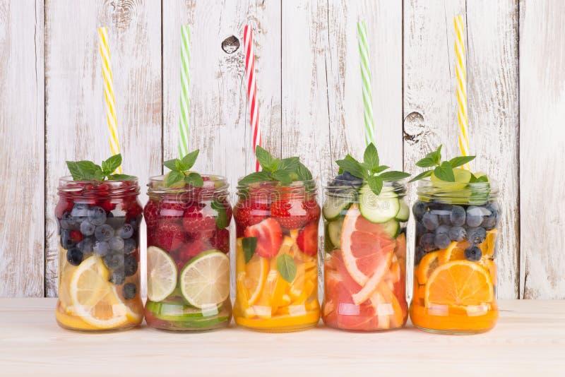 L'eau régénératrice avec les fruits et la menthe photographie stock libre de droits