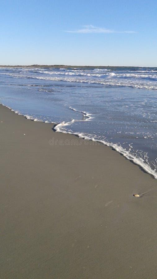 L'eau rencontre le rivage images libres de droits