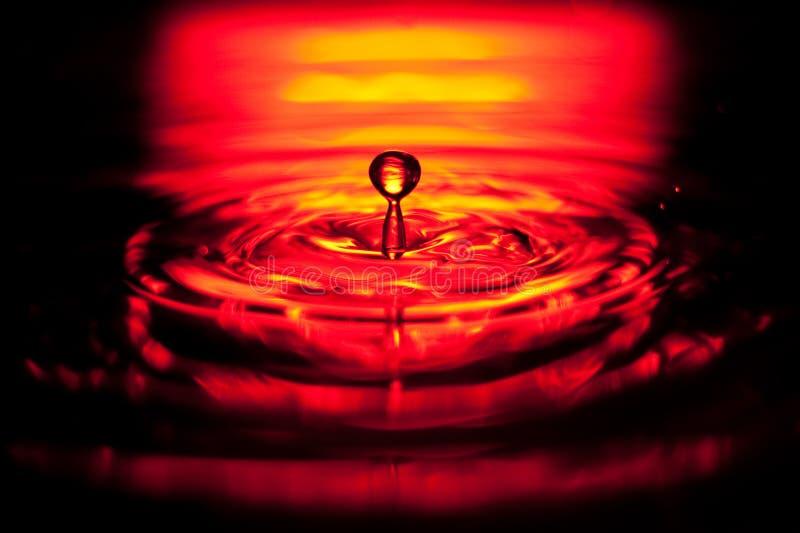 l'eau rouge d'éclaboussure de baisse images stock