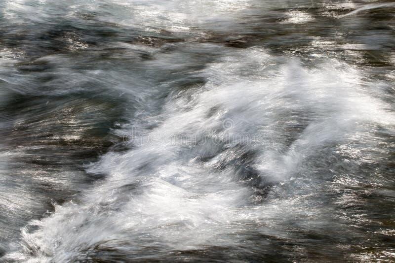 L'eau rugueuse dans l'eau de rivière de montagne comme fond photo libre de droits