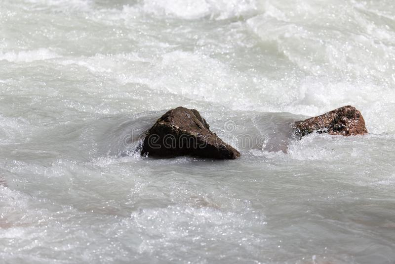 L'eau rugueuse en rivière de montagne photo stock
