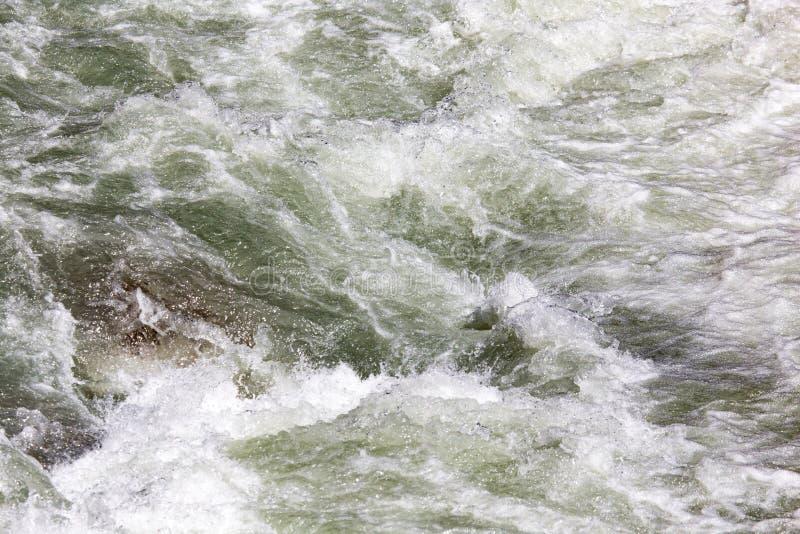 L'eau rugueuse en rivière de montagne photographie stock