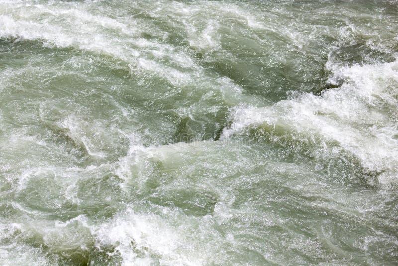 L'eau rugueuse en rivière de montagne images libres de droits
