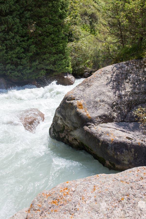 L'eau rugueuse en rivière de montagne image stock