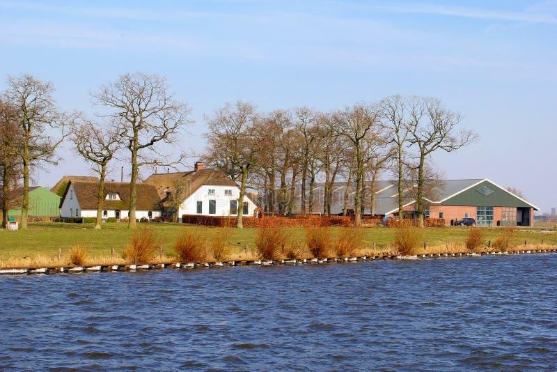 L'eau rurale de constructions de logements néerlandaises de ferme, Pays-Bas photographie stock libre de droits