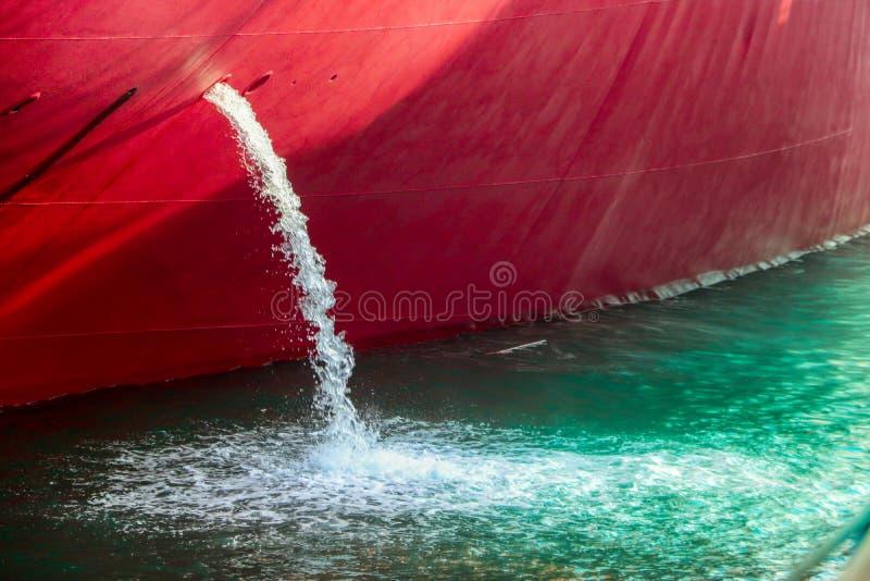 L'eau s'écoulent bateau images stock