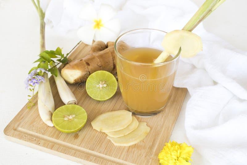 L'eau saine de fines herbes de cocktail de styrup de gingembre de boissons photos stock
