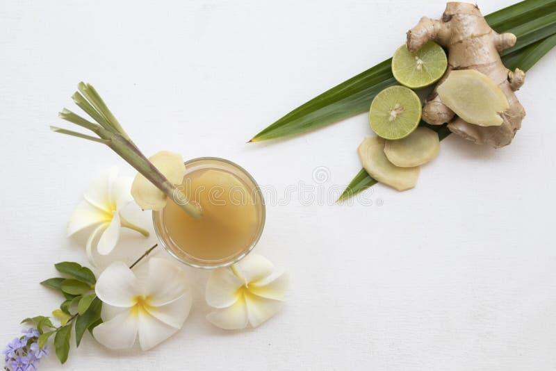 L'eau saine de fines herbes de cocktail de styrup de gingembre de boissons photo libre de droits