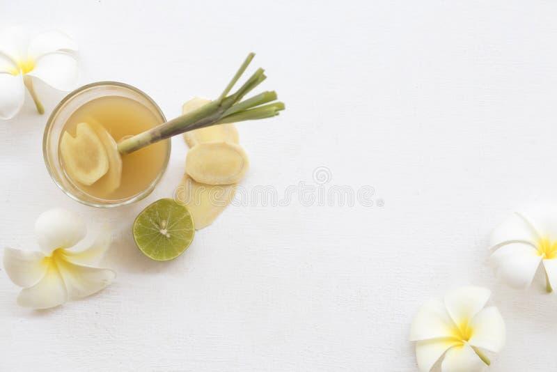 L'eau saine de fines herbes de cocktail de styrup de gingembre de boissons photographie stock libre de droits