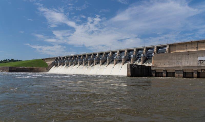 L'eau se précipitant hors des portes ouvertes d'une station hydraulique de courant électrique image libre de droits