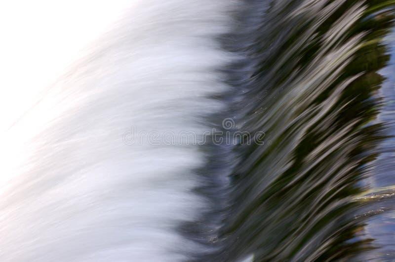 L'eau se précipitante au-dessus du déversoir   photographie stock libre de droits