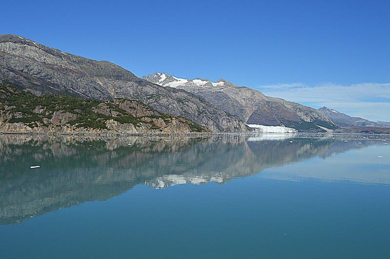 L'eau se reflétante de baie de glacier image libre de droits