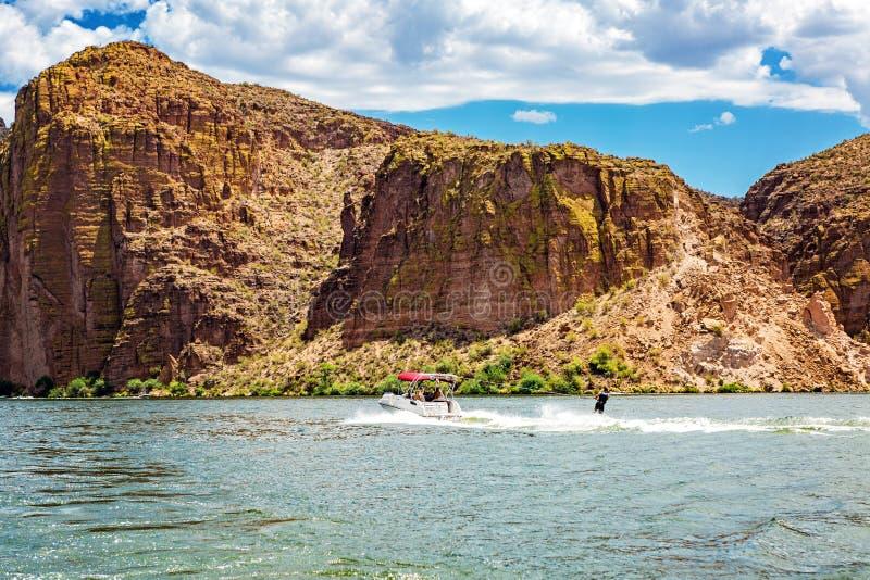 L'eau Skiier sur le lac Arizona canyon photos stock