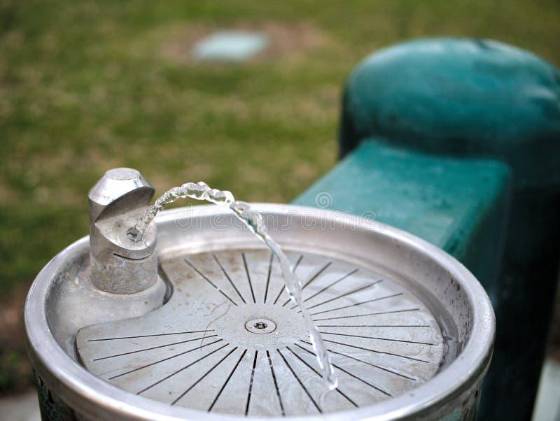 L'eau sortant du poste d'eau potable en parc photographie stock libre de droits
