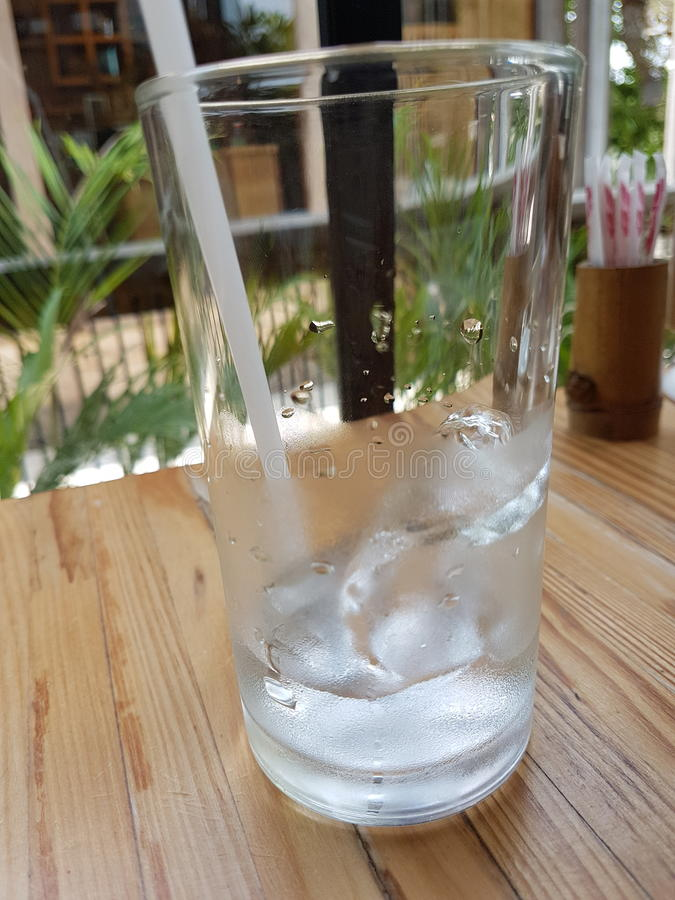 L'eau sur des gress photo stock