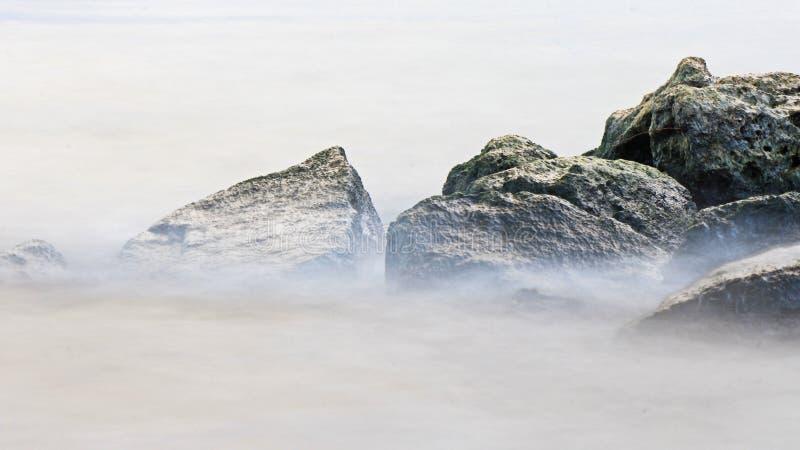 L'eau sur les roches : Hamilton Harbour au parc du pilier 4 images libres de droits