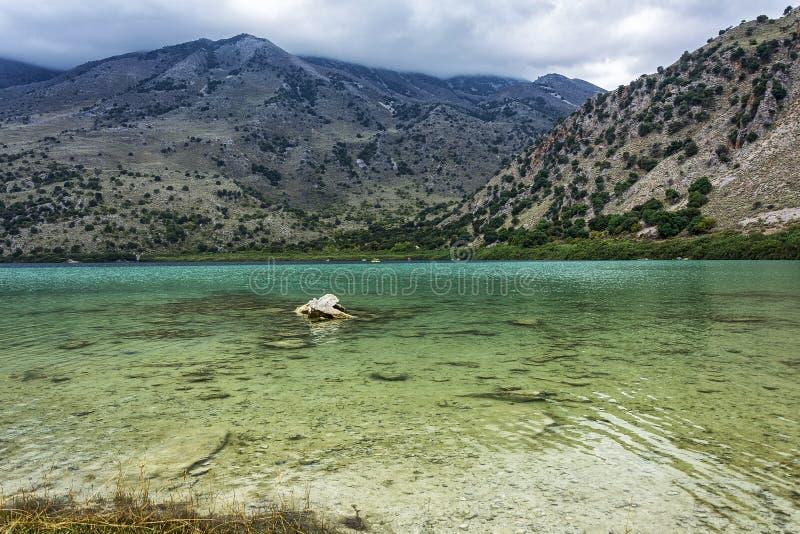 L'eau transparente de turquoise du lac Kournas Crète, Grèce images stock