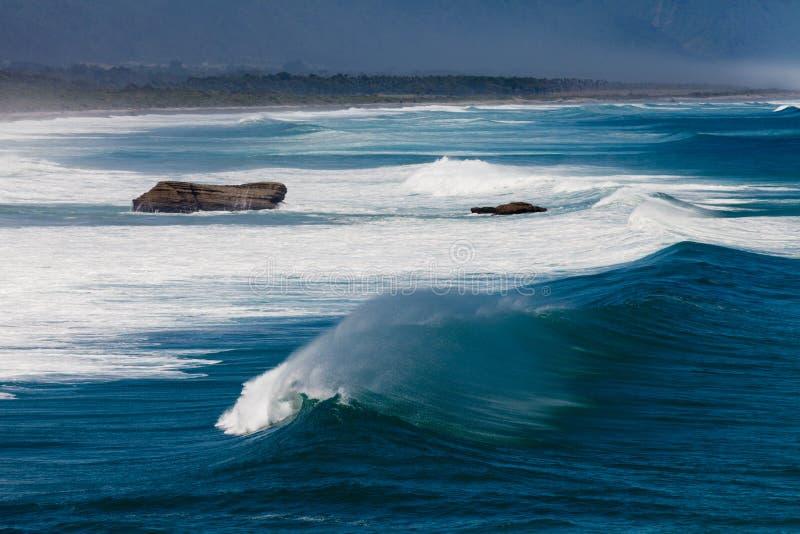 L'eau turbulente de casser des ressacs à la côte de NZ images libres de droits