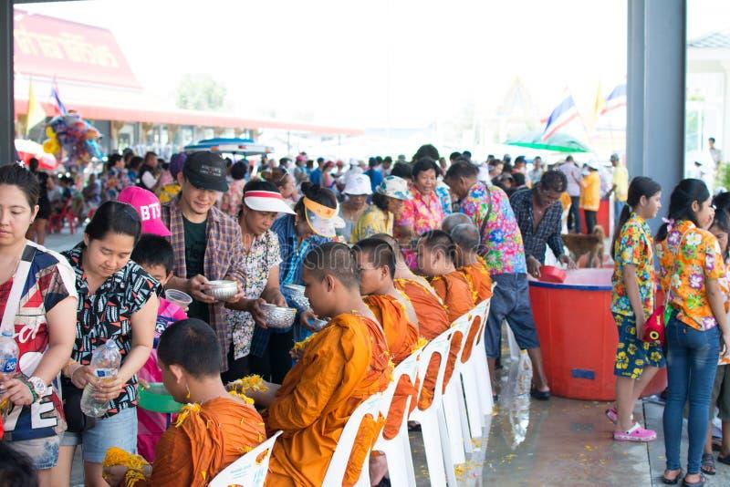 l'eau versant au moine dans la tradition de festival de Songkran pendant le jour de Songkran ou la nouvelle ann?e tha?landaise image stock