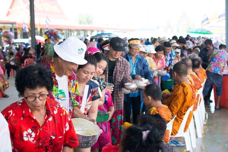 l'eau versant au moine dans la tradition de festival de Songkran pendant le jour de Songkran ou la nouvelle ann?e tha?landaise photos libres de droits