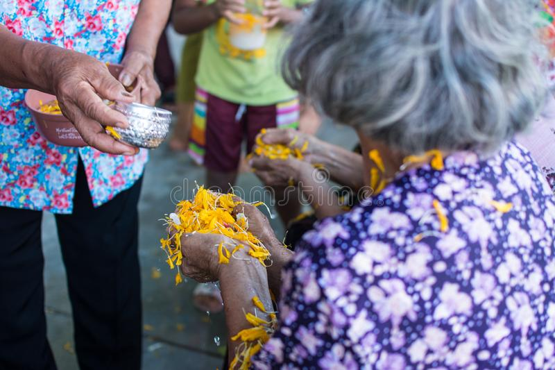 L'eau versant aux personnes âgées dans la tradition de festival de Songkran de la Thaïlande photographie stock