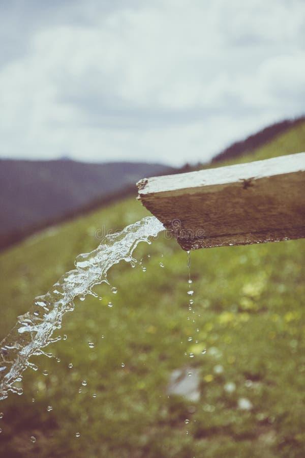 L'eau Versant Par Le Bois Coupé En Bois De Brown Pendant La Journée Domaine Public Gratuitement Cc0 Image