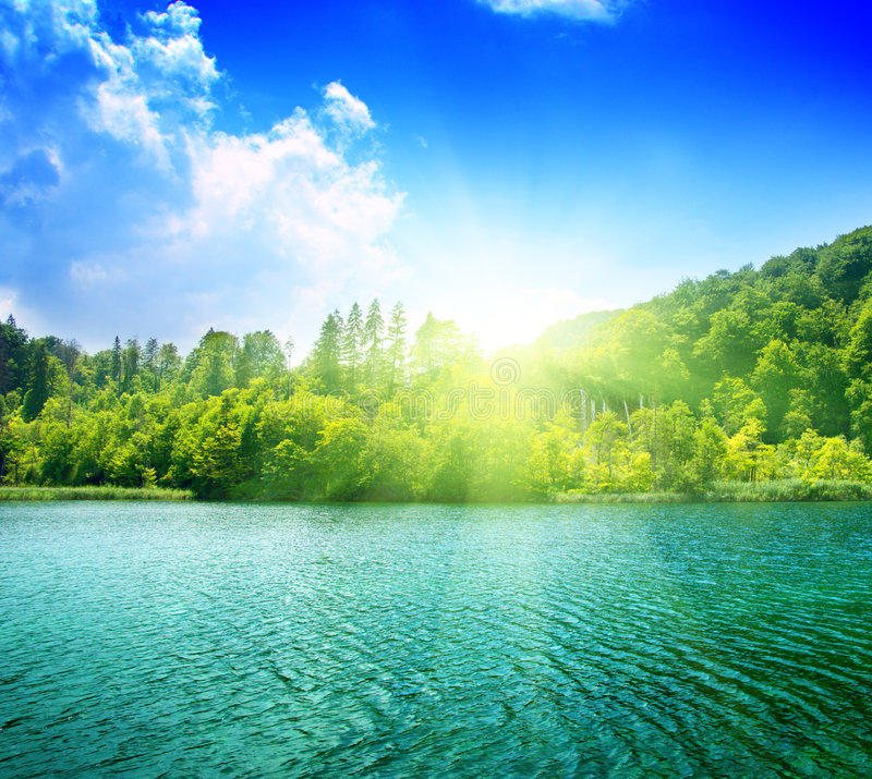 l'eau verte de lac image stock