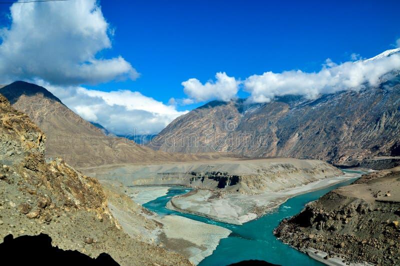 L'eau verte verte du fleuve Indus dans la gamme de montagnes de Karakoram images libres de droits