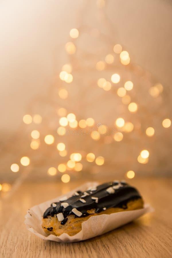 L'eclair de chocolat avec boken des lumi?res image libre de droits