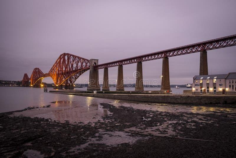 L'Ecosse en avant jettent un pont sur l'hiver BRITANNIQUE Queensferry du sud de pluie de voyage images stock