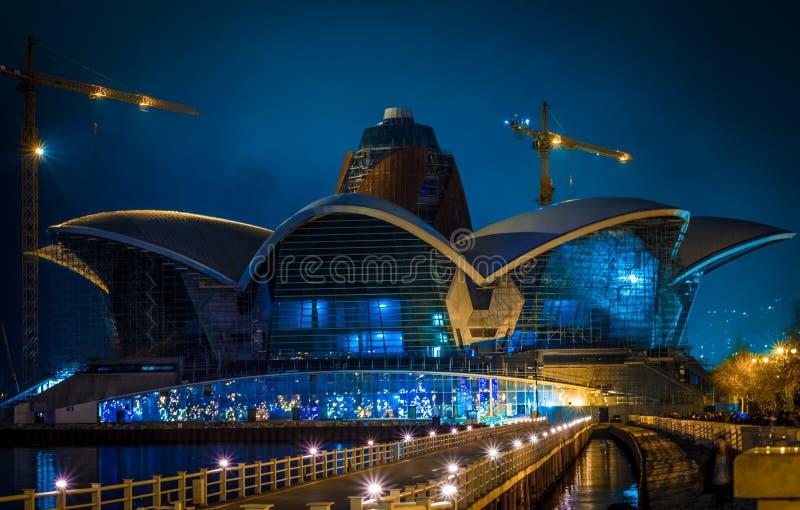 L'edificio caspico di Bacu del centro commerciale di lungomare alla notte immagini stock libere da diritti