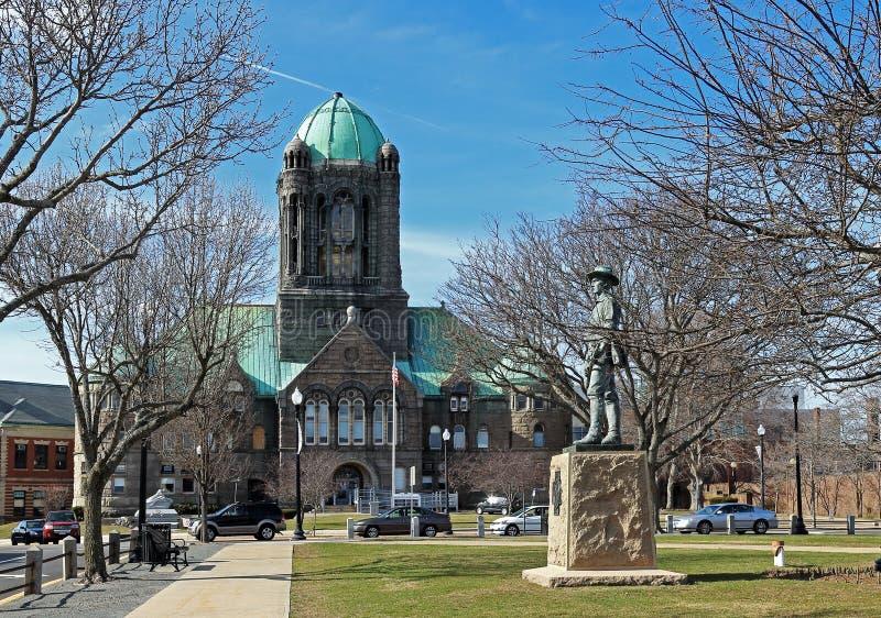 L'edificio di Bristol County Courthouse e la statua della viandante a Taunton, Massachusetts immagine stock libera da diritti