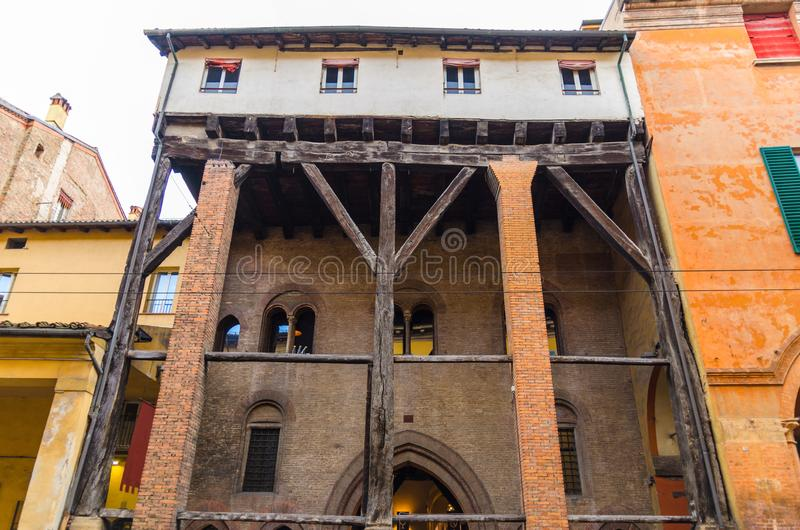 L'edificio di Le Tre Frecce di tre frecce nel vecchio centro urbano storico di Bologna fotografie stock libere da diritti