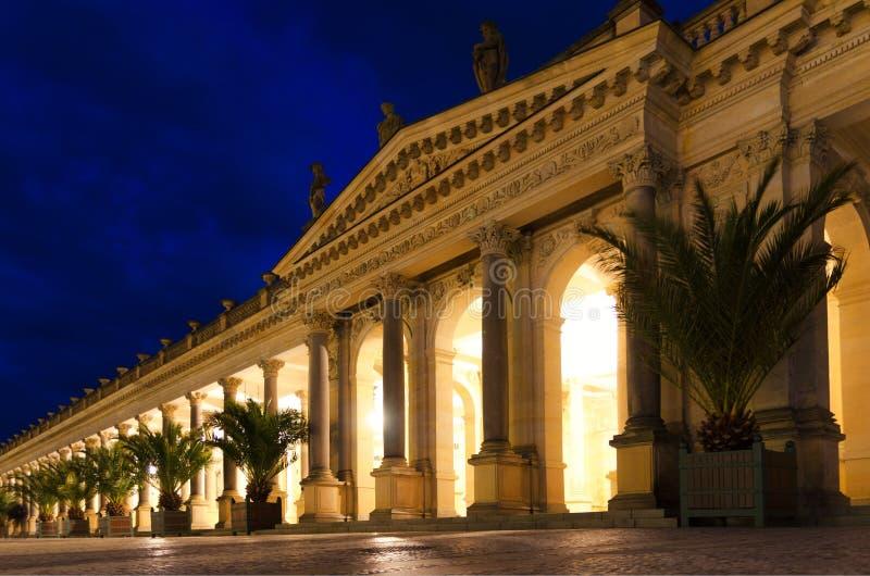 L'edificio Mlynska kolonada Neo-Renaissance Mill Colonnade con colonne e sorgenti calde nella città di Spa Karlovy Vary Carlsbad fotografia stock