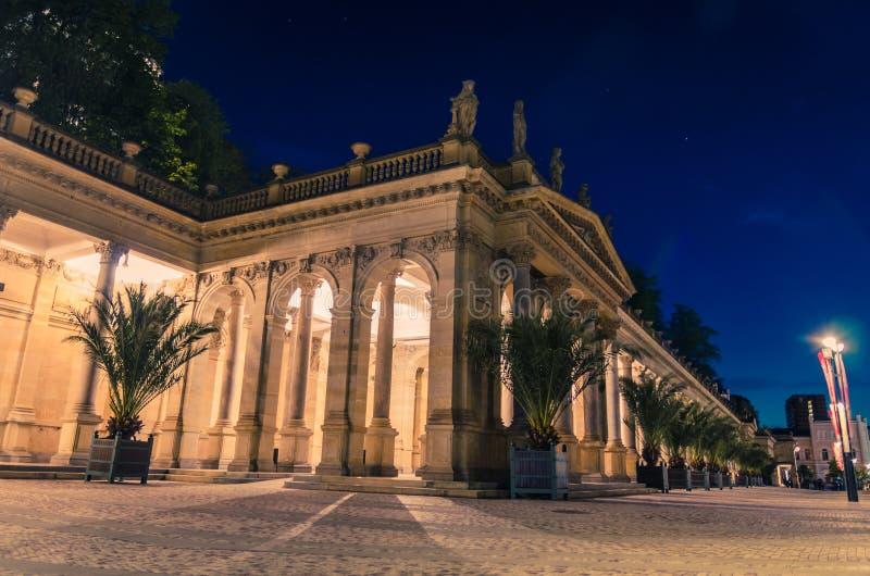 L'edificio Neo-Renaissance Mlynska kolonada Colonnade con colonne e sospensioni a caldo nella città di Karlovy Vary fotografia stock