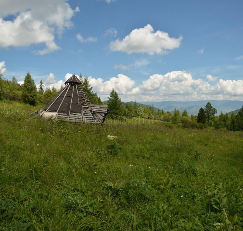 L'edificio tradizionale di Altai dai ceppi indispone fotografia stock libera da diritti