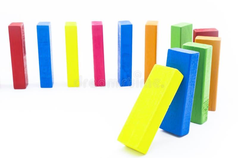L'effet de domino des blocs en bois colorés image libre de droits