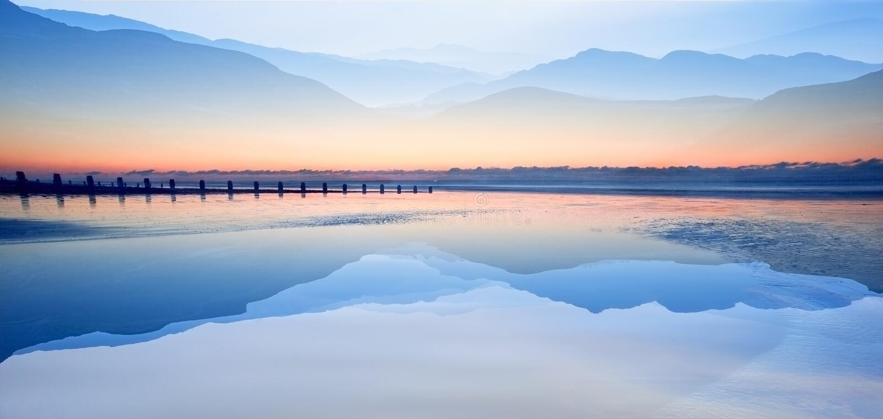 L'effetto di tecnica della doppia esposizione delle montagne e l'alba tirano fotografie stock libere da diritti