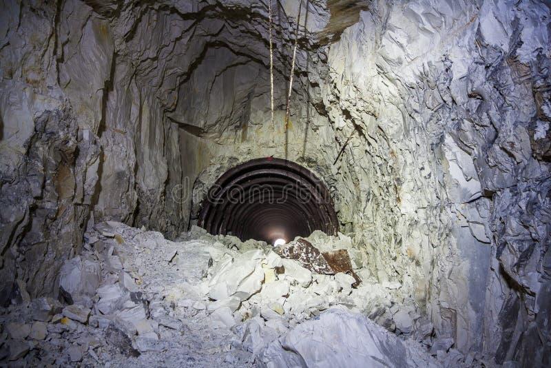 L'effondrement dans la mine de craie, tunnel avec des traces de foreuse photo stock