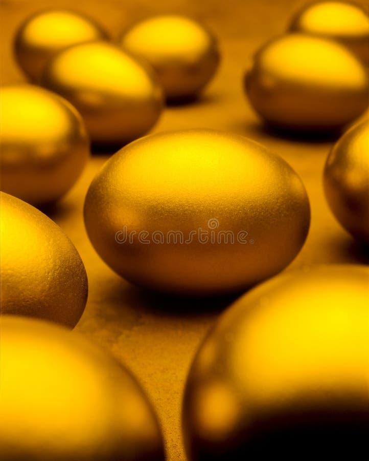 L'or Eggs l'épargne de richesse photos stock