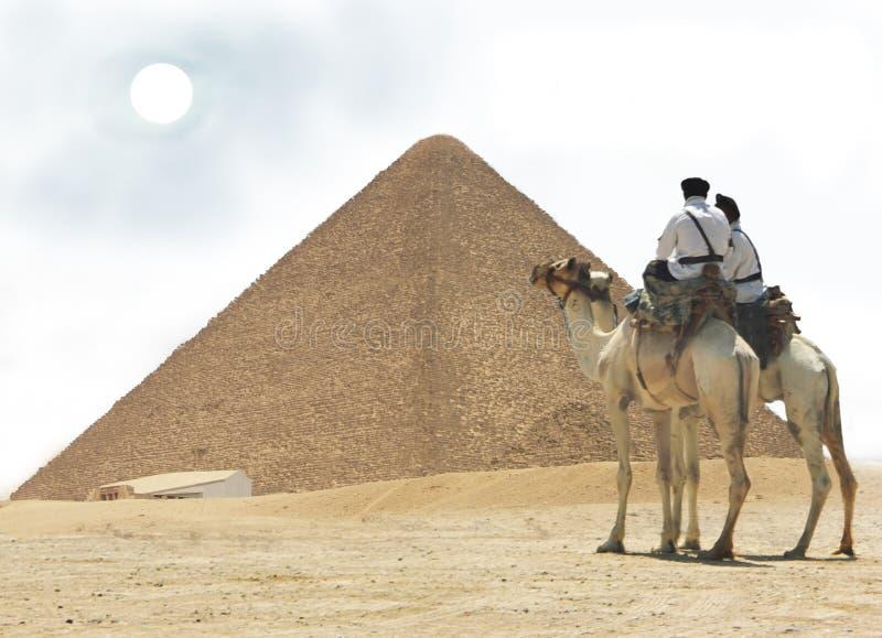 L'Egitto - piramide e due spole fotografia stock libera da diritti