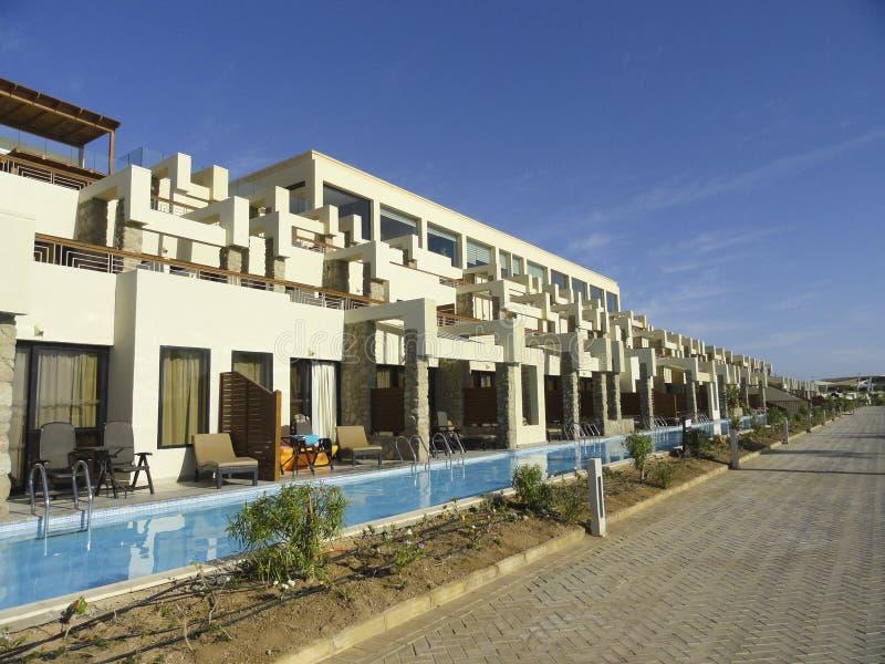 L'Egypte : Belle piscine avec de l'eau bleu clair près de l'hôtel image libre de droits