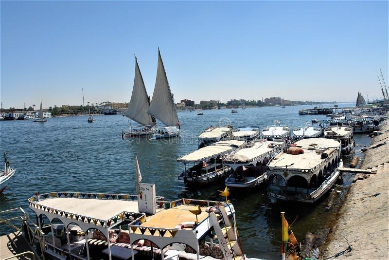l'Egypte, Luxor Bateaux de croisi?re au pilier Les yachts de touristes manient la rivi?re habilement image stock