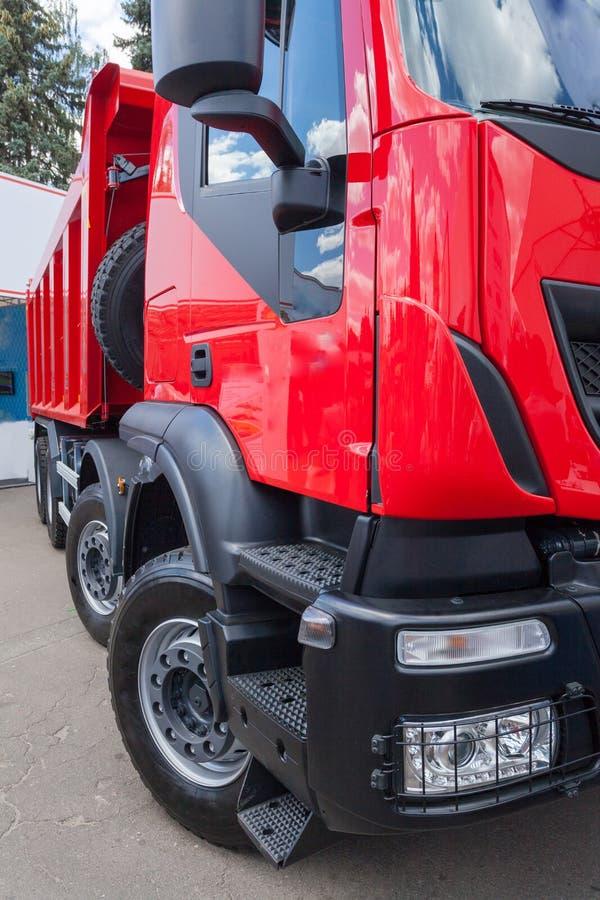 L'elemento verticale potato della foto del camion dell'agricoltura della cabina con rosso consegna il contenitore immagine stock libera da diritti