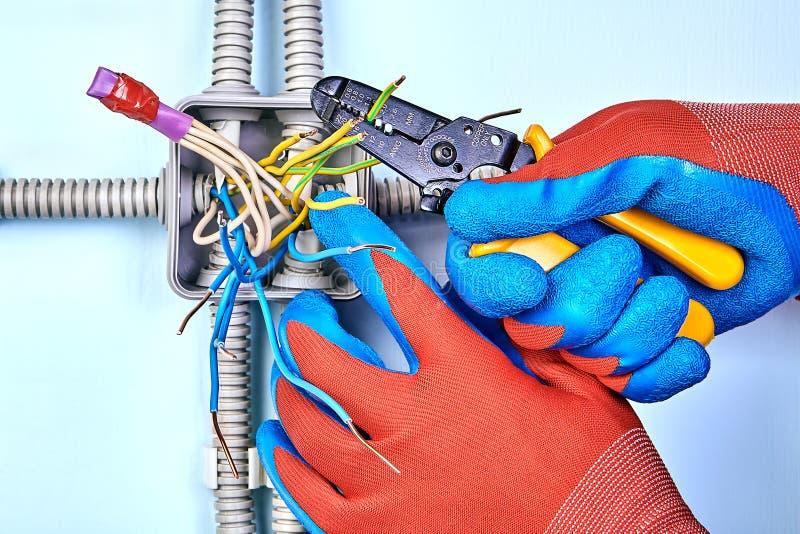 L'elettricista rimuove l'isolamento dai cavi fotografie stock libere da diritti