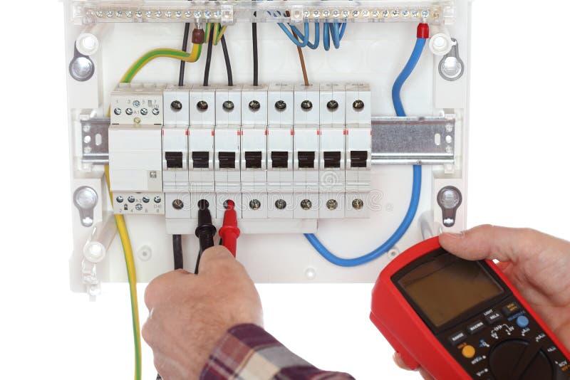 L'elettricista sta collaudando un circuito elettrico immagini stock libere da diritti
