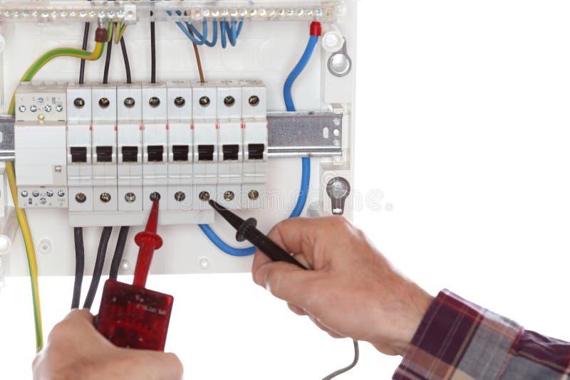 L'elettricista sta collaudando un circuito elettrico fotografie stock libere da diritti