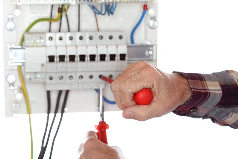 L'elettricista sta riparando un circuito elettrico fotografia stock libera da diritti