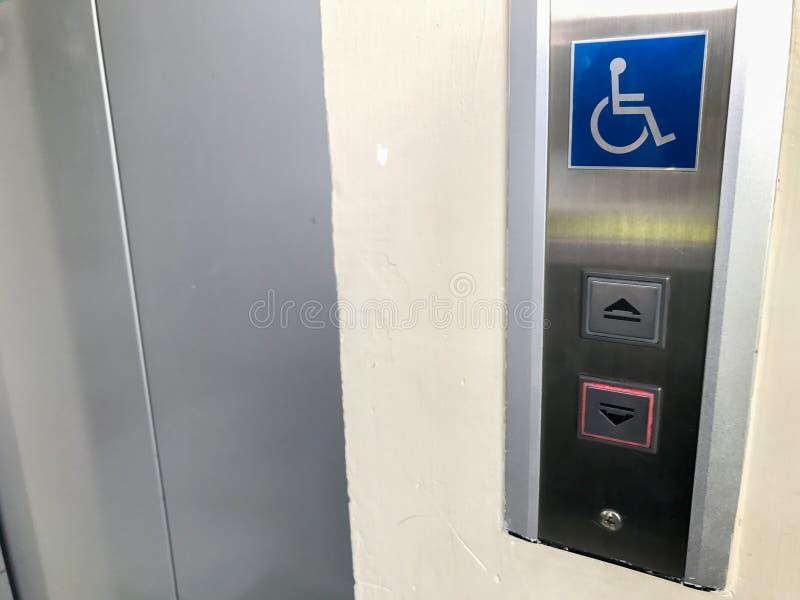 L'elevatore con il segno per disattiva la gente fotografie stock libere da diritti