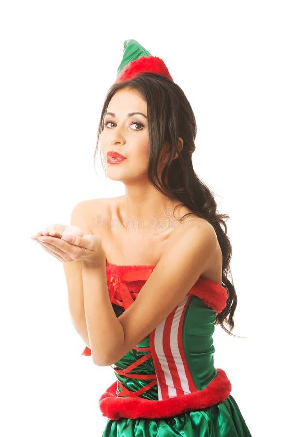 L'elfe de port de femme intégrale vêtx souffler un baiser photographie stock libre de droits
